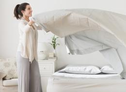 السؤال الذي حيَّر السيدات: ما الوقت المثالي لتغيير ملاءات السرير؟ عالمٌ بـ