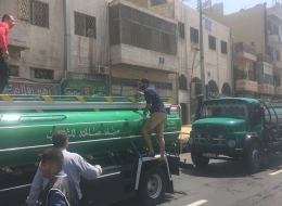 للتخفيف من قيظ الصيف.. صهاريج مياه تجوب شوارع عمّان و