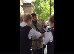 فيديو: شرطة لندن تفتش مسلماً وتكبل يديه لارتدائه ملابس كثيرة! تخطى الـ3 ملايين مشاهدة