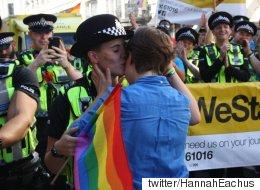 런던 프라이드 행진에서 경찰이 청혼을 받았다