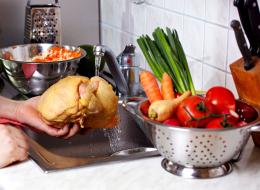 غسل الدجاج يعرضك للتسمم الغذائي! أخطاء النظافة الشائعة قد تدمر صحتك