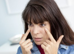 تزعجكِ هالات العيون السوداء؟ إليك 7 طرق لتتخلصي منها في أسبوع واحد