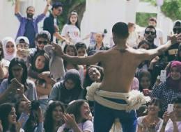 راقص تونسي بجسد نصف عارٍ: أهدي رقصتي لنساء حركة