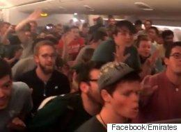 75명의 남성 중창단이 비행기에 타면 어떤 일이 생길까?