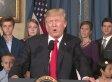 Donald Trump hält eine Rede - doch viele achten nur auf die Frau hinter ihm