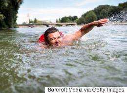 Βίντεο: Αυτός είναι ο άνδρας που πάει στη δουλειά κάθε μέρα κολυμπώντας 2 χλμ στο ποτάμι
