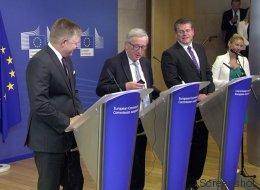 EU-Kommissionspräsident Juncker bekommt mitten in der Pressekonferenz einen Anruf - am anderen Ende ist Merkel