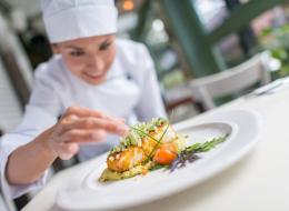 لماذا تقدم المطاعم وجباتها في أطباق مستديرة؟ والقهوة في فناجين بيضاء غير شفافة؟ الأمر ليس صدفة بل مدروس لإغوائك!