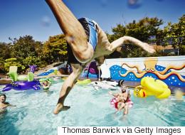Αν μάθετε πόσα λίτρα ούρα μπορεί να περιέχει μία πισίνα θα σκεφτείτε διπλά να βουτήξετε μέσα