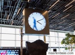 암스테르담 공항의 시계에 들어간 남자(동영상)