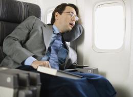 مقعد الطائرة غير مريح ولا يساعد على النوم.. نصائح لمن يعانون الأرق في رحلات الطيران