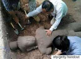 Ο «φύλακας του νοσοκομείου». Αρχαιολόγοι ανακάλυψαν στην Καμπότζη σπάνιο άγαλμα του 13ου αιώνα και ύψους 2μ.