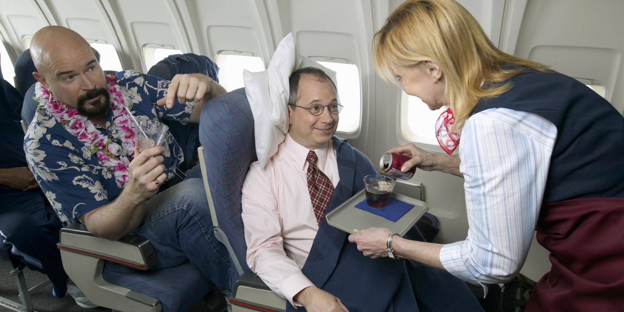 إذا كنت تحب مضيفي الطيران.. فلا تطلب  كوكاكولا دايت  على الطائرة لهذا السبب