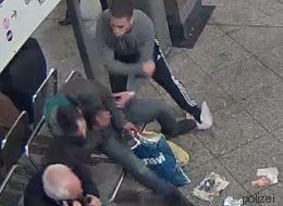 Jugendliche schlagen in Berlin Obdachlosen zusammen - die Polizei fahndet nach diesen Tätern