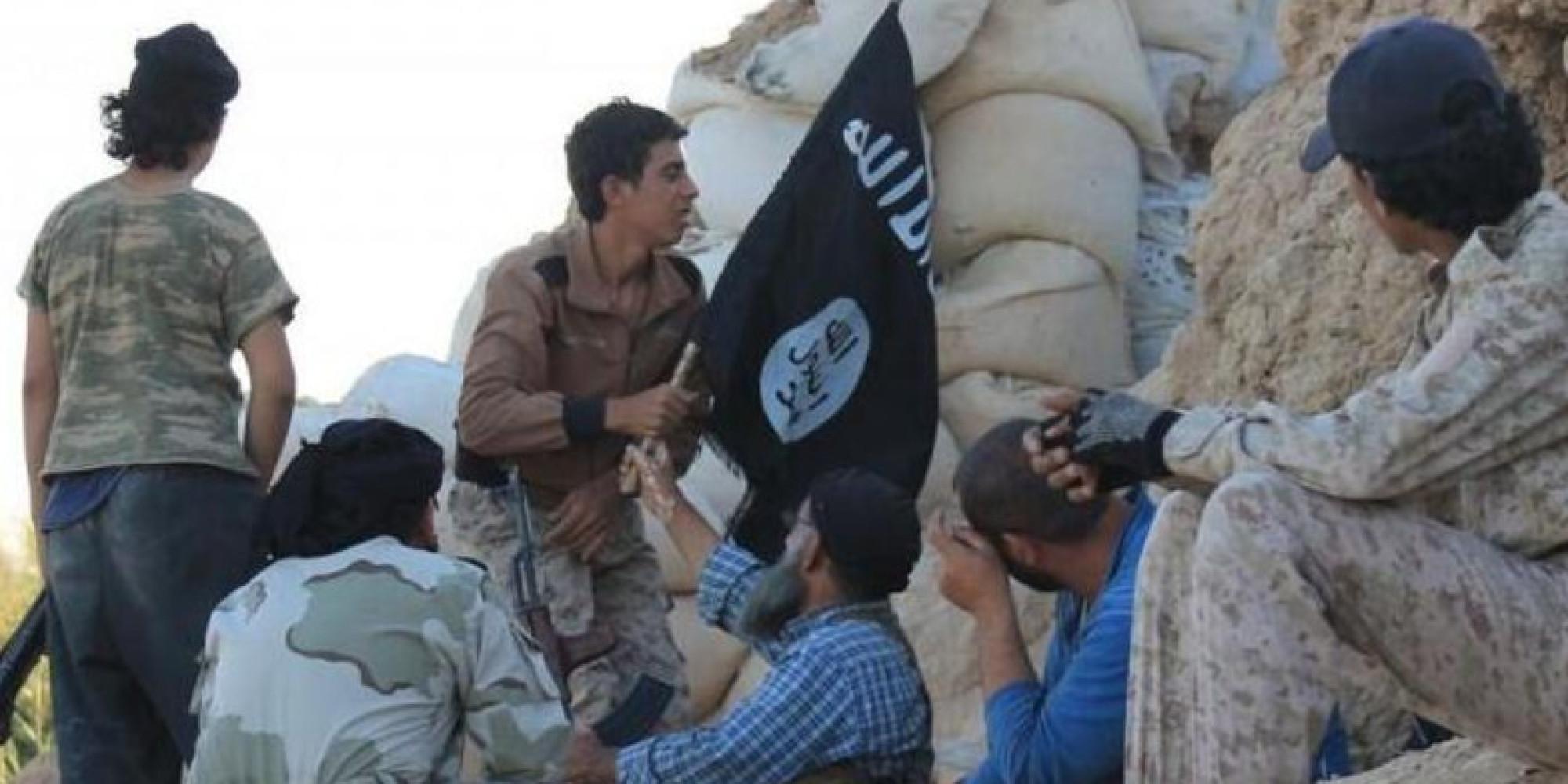لأول مرة  داعش  يبدأ تجنيد مدنيين قسرياً لزجهم في معارك دير الزور.. فلماذا يستميت التنظيم للبقاء في المدينة؟