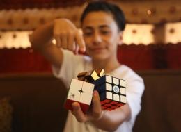 يتطلع لدخول موسوعة غينيس.. شاهد طفل لبناني يحل مكعب روبيك في 9 ثوانٍ وهو معصوب العينين