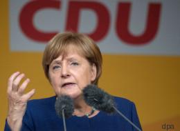 Merkel wird bei Wahlkampfrede von hunderten Menschen ausgebuht - und reagiert überraschend lässig