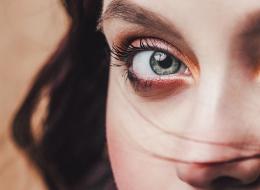لتجعلي عينيكِ أكثر جمالاً.. إليكِ 5 حيل بسيطة
