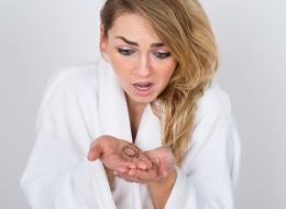 لماذا يقع بكثرة؟ وكيف أُوقِفه؟ وهل نوع الشامبو أو الكريم السبب؟ إجابات أبرز الأسئلة حول تساقط الشعر لدى النساء