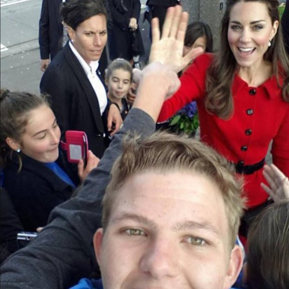 kate middleton peace of the fist