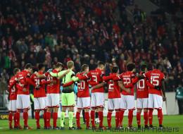 Bundesliga: Darum tragen die Fußball-Spieler schwarze Armbinden