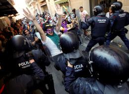 يساريون يشتبكون مع فاشيين حاولوا التظاهر ضدَّ الإسلام وسط برشلونة
