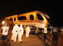قطر تستقبل أول شحنة قاطرات