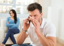 وقوفه بهذه الطريقة دليل على خيانته لكِ.. علامات تشير إلى معرفة زوجك لامرأة أخرى