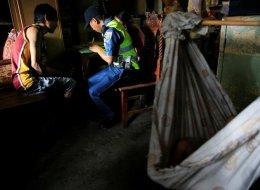 من أغرب ما قد تواجهه في حياتك.. شرطة الفلبين تطرق أبواب المنازل لإجراء تحاليل مخدرات فورية