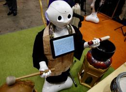 اليابان تلجأ إلى الروبوت بديلاً للكهنة البوذيين في الجنائز (صور)