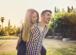 احملها بالمقلوب واجرِ لتعبر لها عن حبك.. هذه طريقة جديدة لإسعاد زوجتك