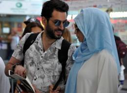 بملابس الإحرام.. التركي مراد يلدرم ينشر صوراً تجمعه وزوجته ملكة جمال المغرب في السعودية