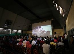 السينما تعود إلى غزة بعد 30 عاماً من الحرمان.. ماذا شاهد أهالي القطاع في العرض الأول.. وكيف وافقت حماس؟ (صور)