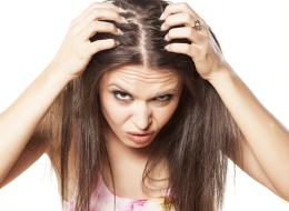 تكيُّس المبايض والنفسية السيئة وعوامل أخرى قد تسقط شعرك في سنِّ العشرين.. هكذا تعالجينه
