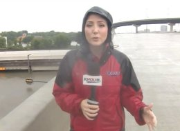 نظرت بالصدفة أسفل الجسر.. مراسلة تلفزيونية تنقذ حياة سائق من الغرق في إعصار ضخم.. شاهد