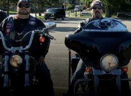 مخيفون لكن نبلاء.. سائقو دراجات نارية يحمون الأطفال على طريقتهم
