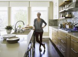 هل تريدين الوقوف في المطبخ وقتاً أقل؟ إليكِ 8 حيل ذكية