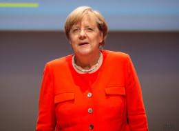Angela Merkel wird bei Wahlkampfauftritt in Heidelberg mit Tomaten beworfen