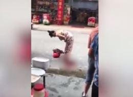 فيديو: شابةٌ تلدُ في الشارع ثم تحملُ رضيعها وتكملُ طريقها بصورةٍ طبيعية!