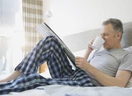 التعرِّي قد يكون الحل.. كم مرة تغسل بيجامة نومك؟ إليك الفارق بينك وبين زوجتك وصديقك الأعزب في ذلك