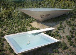 Τι κάνουν δυο αναποδογυρισμένες πυραμίδες στην ισπανική εξοχή;