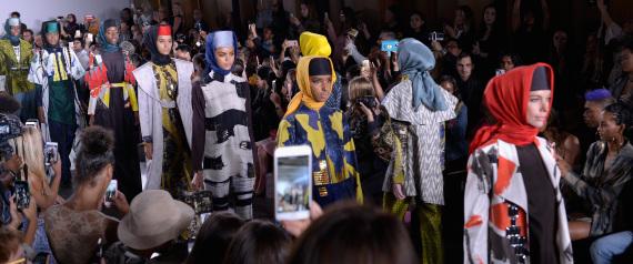 تصدر الحجاب والعباءة منصات الأزياء