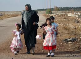للمرة الأولى منذ 3 سنوات يتناولون طعاماً يكفيهم.. سكان دير الزور ينتظرون الفطائر والدجاج بعد كسر الحصار