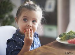 Kinderarzt rät: Diese 7 Sätze sollten Eltern im Zusammenhang mit Essen nie zu ihrem Kind sagen