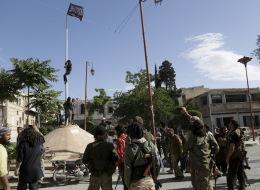 القاعدة تعزز وجودها في سوريا.. سيطرت على القسم الأكبر من إدلب وتتوسع في تجنيد الشباب بصفوفها