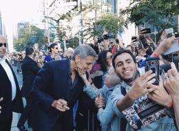 Μια γιαγιά χάιδεψε το πρόσωπο του George Clooney στο κόκκινο χαλί και το ίντερνετ έκανε πάλι τη δουλειά του