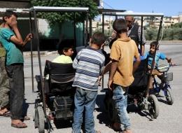 كهربائي سوري ابتكره.. كرسي متحرك يعمل بالطاقة الشمسية ينقذ ذوي الاحتياجات الخاصة