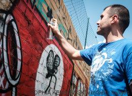 Όταν οι καλλιτέχνες του δρόμου αποφάσισαν να μετατρέψουν τις σβάστικες σε πολύχρωμα έργα τέχνης