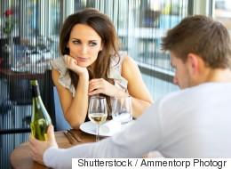 8 πράγματα που οι γυναίκες δεν έχουν ιδέα ότι προσέχουν οι άντρες πάνω τους