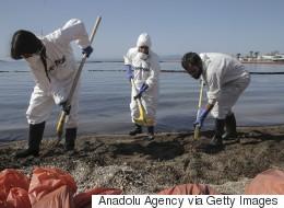 Σε εξέλιξη η επιχείρηση αντιμετώπισης της οικολογικής καταστροφής στον Σαρωνικό